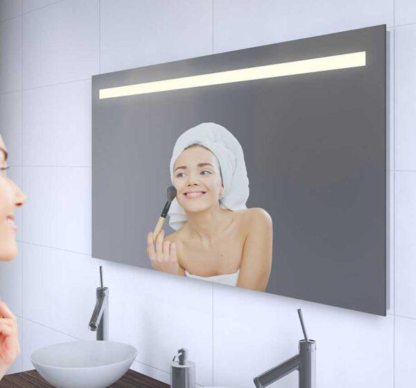 Badeværelse spejl med en slank og stilfuld belysning design