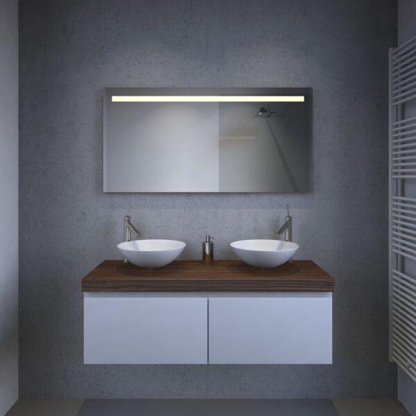 Designer badeværelse spejl med et slankt udseende