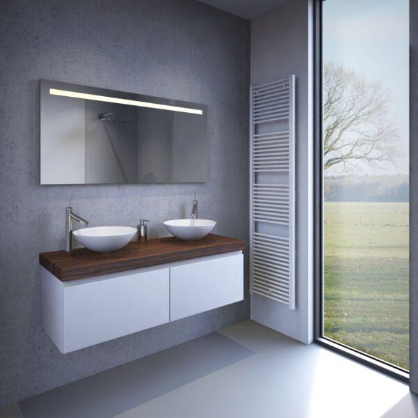 Badeværelse spejl med en solid aluminium ramme på bagsiden