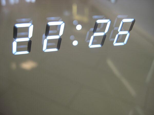 Det digitale ur med hvide tal er helt skjult i spejlet, meget flot!