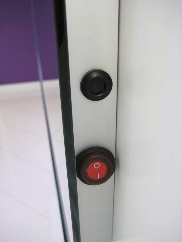 På højre side er sensorkontakten med integreret lysdæmpningsfunktion og vippekontakten til opvarmning