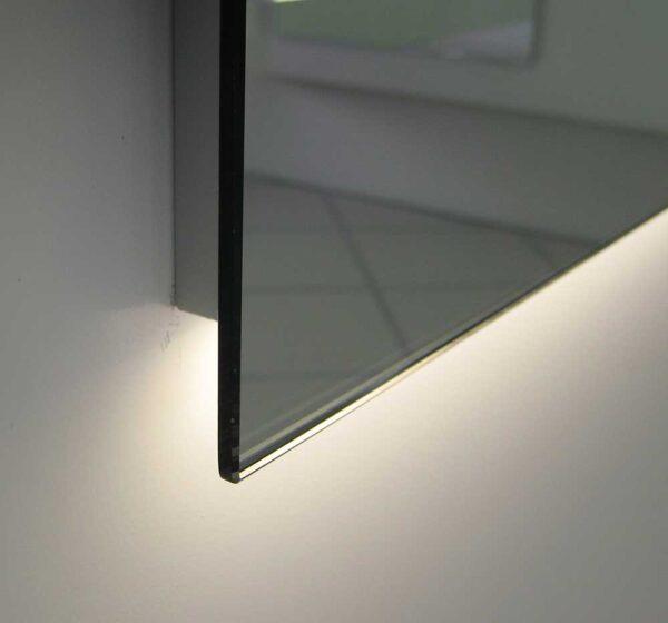 Den indirekte belysning på undersiden (floodlight) er attraktiv over væggen og badeværelsesmøblerne