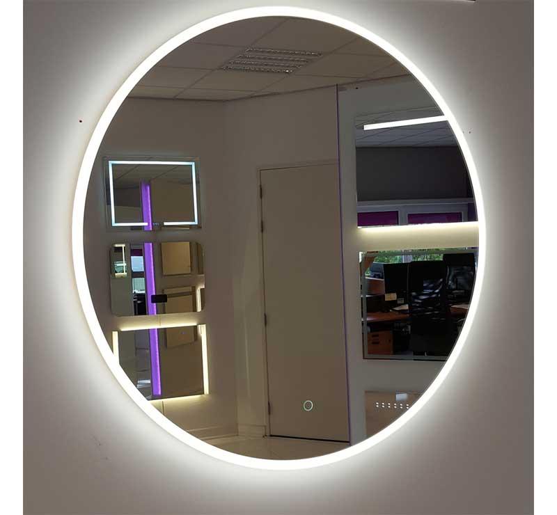 Dette stilfulde badeværelse spejl har en diameter på 80 cm og er udstyret med både belysning og opvarmning