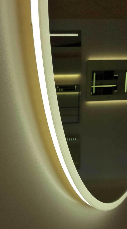 Den varme hvide LED'er lyser foran og på væggen.